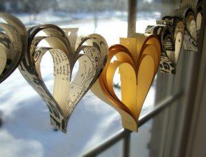 Corazones de san valentin hechos con papel