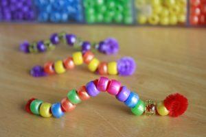 como hacer un gusano de colores con bolitas y limpia pipas
