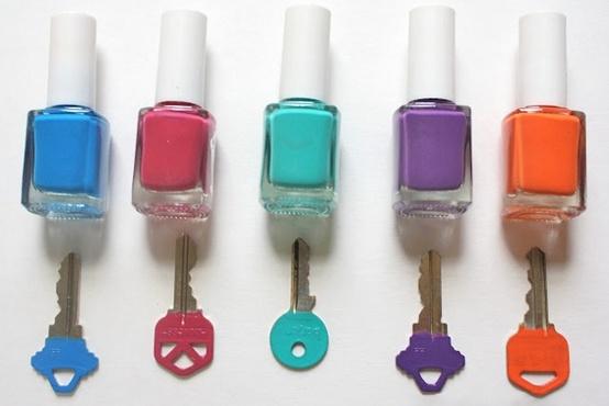 ... marcar tus llaves con pinturas de colores ,asi te sera muy facil