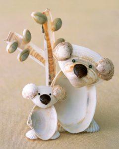 como hacer un  adorno de koalas con conchas marinas