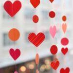 Como hacer una cortina con corazones de papel