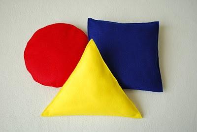 Divertidas almohadas con forma de figuras geometricas for Cuadros con formas geometricas
