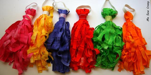Pompones hechos con tiras de tela reciclada