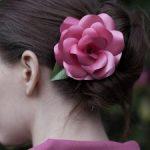 Broche de papel para cabello con forma de rosa