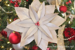 Como hacer flores de noche buena con papel reciclado (1)