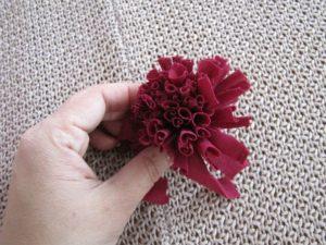 Como hacer un pompon de tela paso a paso (6)