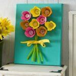Cuadro decorativo con flores hechas de carton